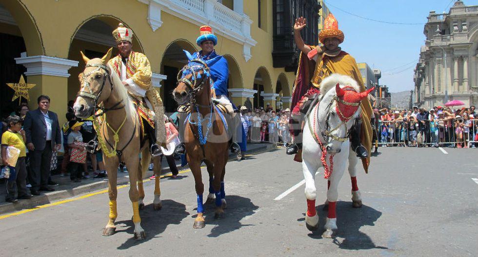 Los suboficiales PNP Juan Polo, Franklin Pizarro y Pablo Villa, de la Policía Montada, representaron a los 'reyes magos' Gaspar, Melchor y Baltasar. (FOTOS Y VIDEO: Isabel Medina)
