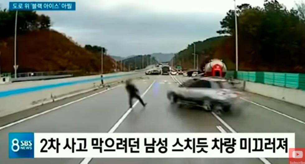 Hombre esquivó la muerte en una autopista de Corea del Sur. (Foto: Captura de video)