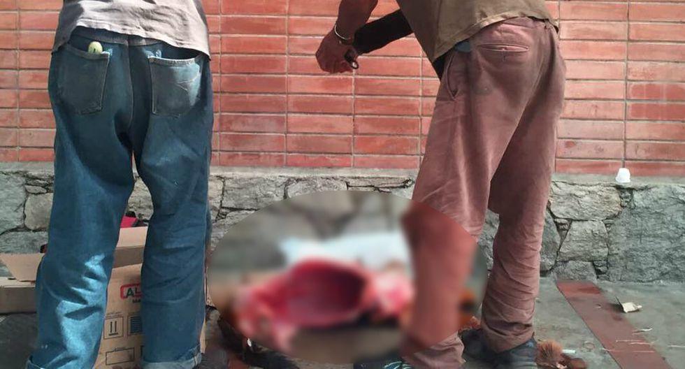 Venezuela: hombres despellejan a perros en las calles ¿para comerlos?