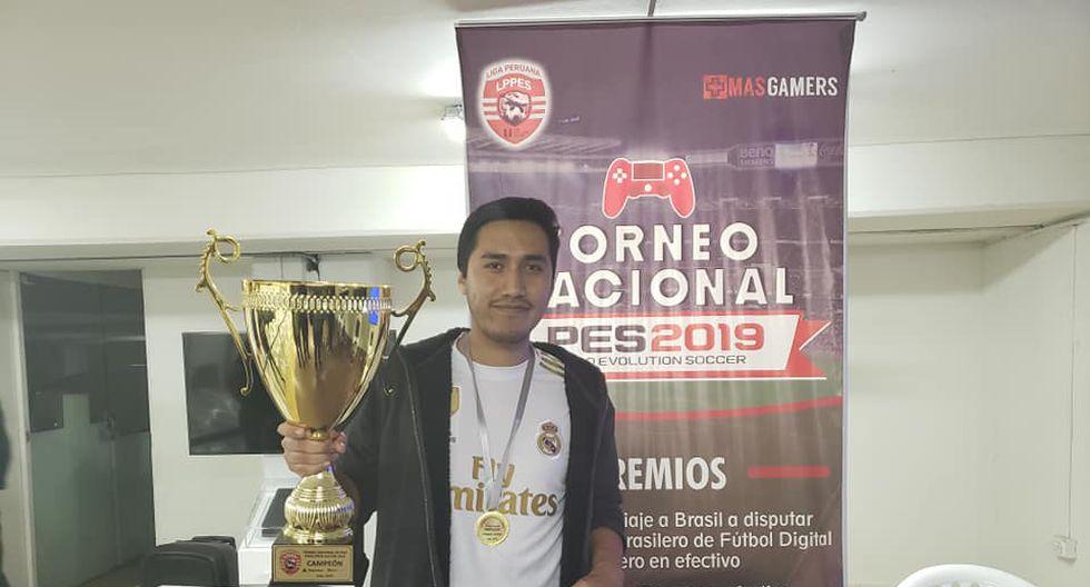Así fue la premiación de Fabricio Cuéllar, el ganador del Torneo Nacional de PES 2019.   Liga Peruana de PES